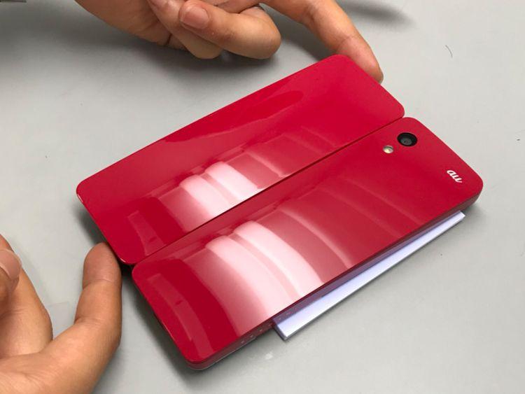 左が調色した塗料で試し塗りしたサンプル。今回目指すは右のデザインモックの赤。